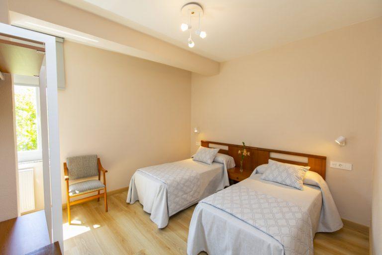 Habitación triple con cama de matrimonio y cama individual