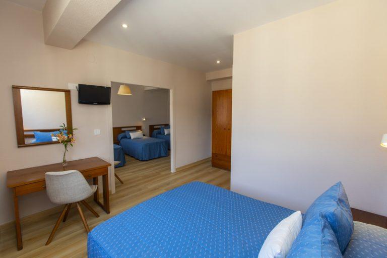 Habitación familiar con cama de matrimonio y 3 camas individuales