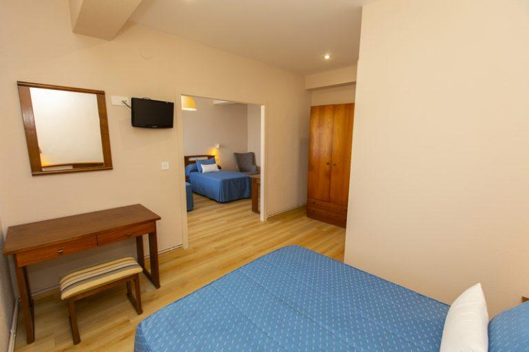 Habitación familiar con cama de matrimonio y dos camas individuales